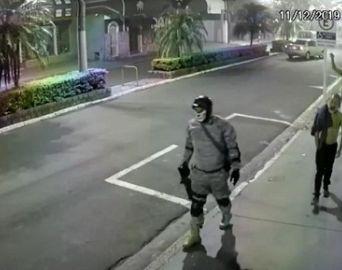 Ação de bandidos teve explosão de cofre, tiroteios e moradores reféns