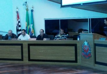Secretário da Administração, Ronaldo Guardiano, ladeado pelos vereadores Ivan, Cabo Sérgio e Flávio Zandoná.