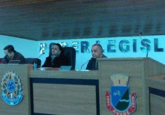Vereadora Marialva foi auxiliada pelos vereadores Jairinho e Alessandro Rios. Ao lado aparece também o presidente do Sindicato, Léo da Ambulância.