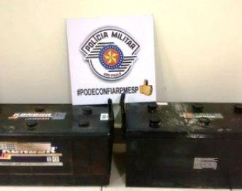 Homens são presos por furto de baterias de veículos