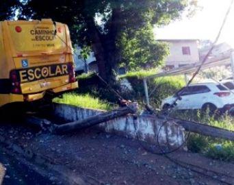Ônibus escolar bate em poste em Avaré