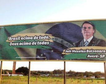 Outdoor de Jair Bolsonaro é instalado em Avaré