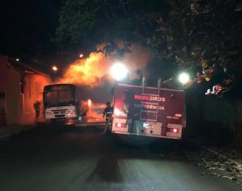 Bombeiros de Itatinga são acionados para conter fogo em ônibus