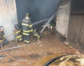 Bombeiros combatem incêndio em barracão de reciclagem