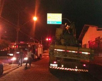 Caminhão derruba fiação elétrica e deixa cerca de 3 mil casas no escuro