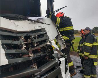 Motorista fica ferido após colisão traseira entre caminhões