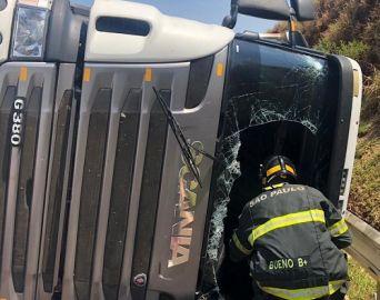 Caminhoneiro tem ferimentos graves após veículo tombar em rodovia
