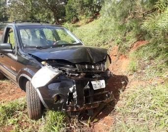 Bombeiros e Samu de Itaí salvam casal que capotou carro