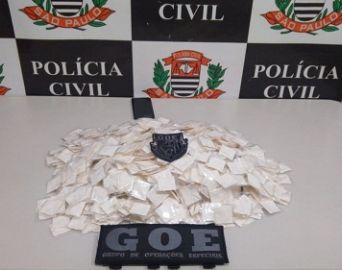 Mulher de 23 anos é presa com quase mil papelotes de cocaína