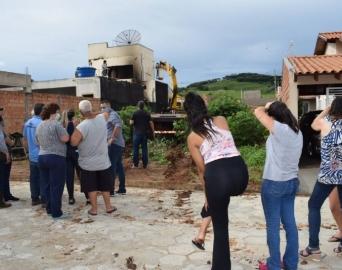 Casa que explodiu e vitimou policiais militares é demolida