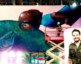 Tela de 10 metros de Edu Cardoso está em Exposição Drive-Thru em São Paulo