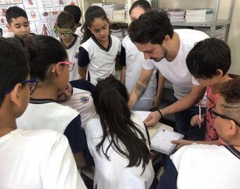 Artista plástico Edu Cardoso participa de atividade na Escola Dondoca