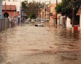 Chuva com vento inunda Rua Sergipe na tarde de Natal