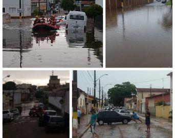 Em 30 minutos, chuva alaga diversas ruas de Avaré