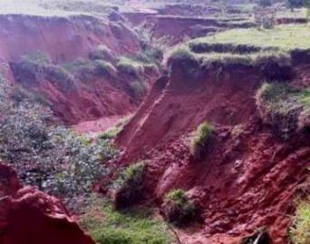 Erosão está destruindo grande área no bairro do Camargo