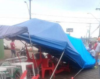 Carro bate em barracas após invadir feira em Avaré
