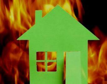 Incêndio atinge casa e carro no Mário Bannwart