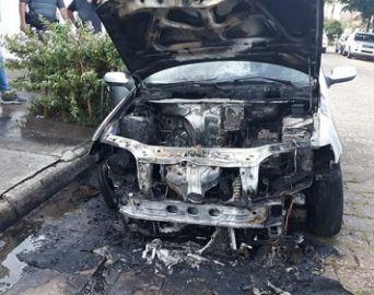 Carro pega fogo após manutenção em funilaria de Avaré