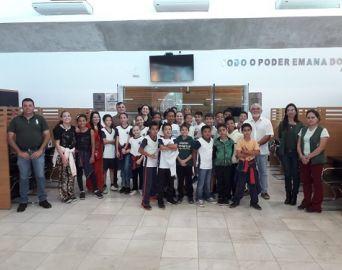 Alunos da Escola Elizabeth Freitas visitam instalações da Câmara