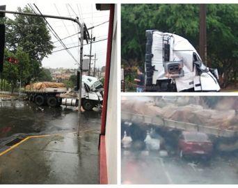 Acidente envolvendo caminhão para o trânsito em Avaré