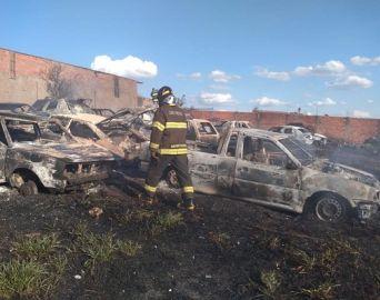 Incêndio deixa 51 veículos totalmente destruídos em Itaí