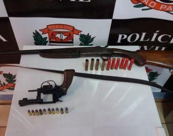 Homem é preso com munições e armas, mas liberado ao pagar fiança