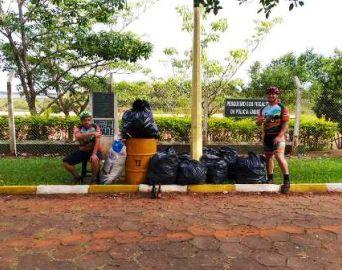 Ciclistas promovem limpeza na orla do Camping Municipal
