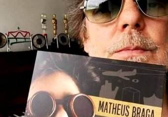 Branco Mello, do Titãs, com o CD de Matheus Braga