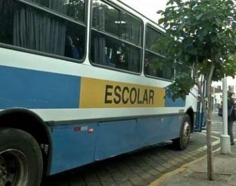 Ônibus escolares são usados como transporte coletivo