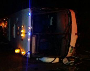 Ônibus com 39 passageiros tomba na Serra de Botucatu