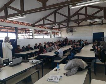 Alunos da Escola Celso Ferreira assistem palestra sobre bullying