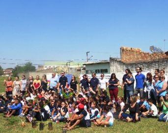 Rotarianos e voluntários plantam árvores em Avaré