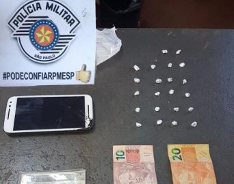 Jovem é preso por tráfico de drogas após PM encontrar pedras de crack