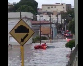 Vídeo mostra resgate de pessoas em enchente em Avaré