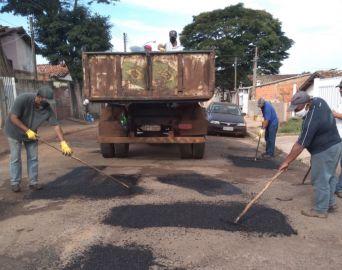 Prefeitura promove manutenção em bairros e conclui ponte na zona rural