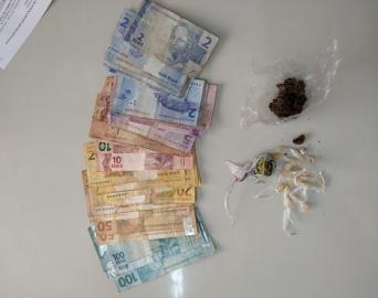 Mulher de 32 anos é presa em flagrante por tráfico de drogas
