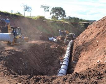 Tubulação é implantada em obra do município que combate erosões
