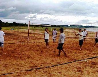 Praia do Costa Azul oferece atividades de vôlei de praia e futebol de areia