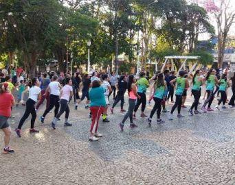Zumba na Praça é a dica para a tarde de domingo no Largo São João