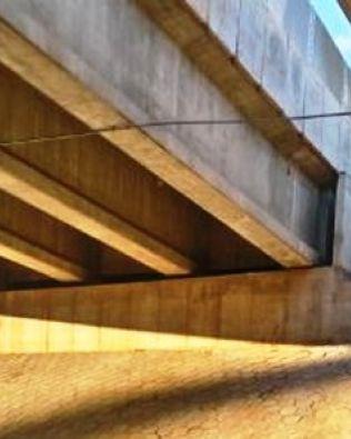 Adolescente cai de altura de 10 metros ao tentar pular viaduto